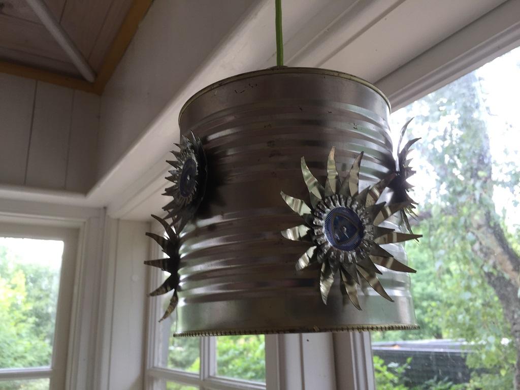 Lampa i plåt med blommor