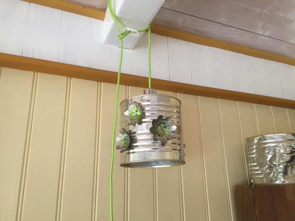 Lampa i plåt med gröna blommor